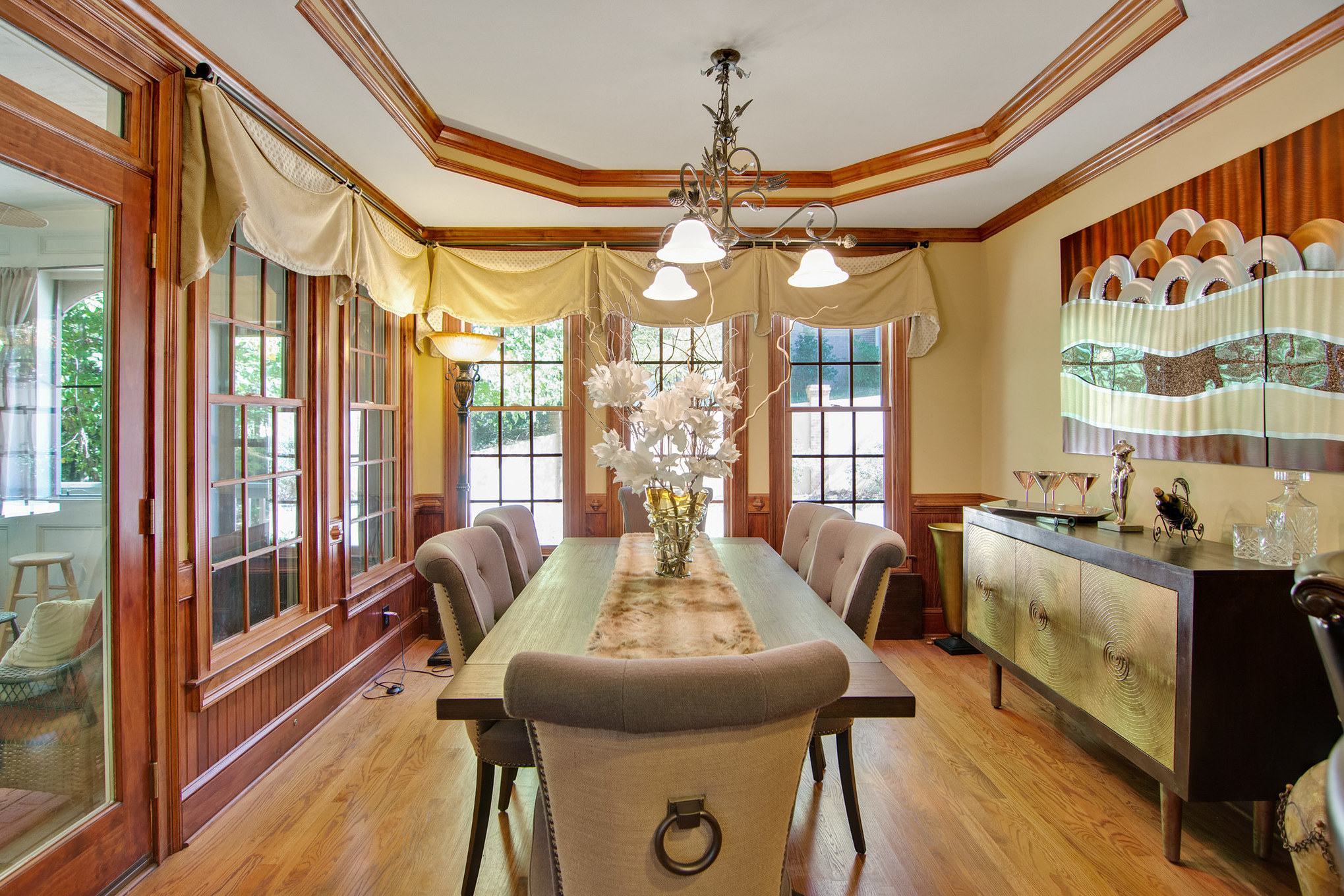 real estate photo - dining area